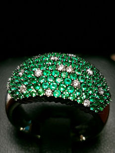 Ring with paved diamonds and emeralds