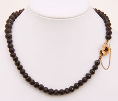 Garnet necklace, descending in size, with a gold clasp set with garnet