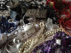 Lot with 150 pieces jewelry - large collection Necklaces, bracelets, rings, boxes, figurines and coins etc.