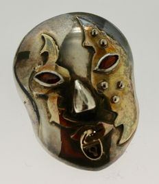 925 silver mask pendant with gold shades and inlaid with ruby – Length: 3.3 x 2.3 cm