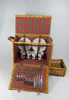 Nostalgic reed picnic basket for classic car/oldtimer - 4 persons - 49x29x49cm.