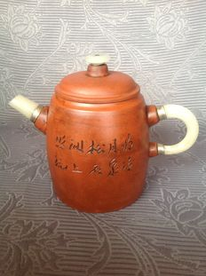 Yixing teapot with hardstone details, reproduction after Wu Yungen - China - second half 20th century.