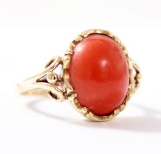 Sturdy ring 14 kt gold set with cabochon cut precious coral.