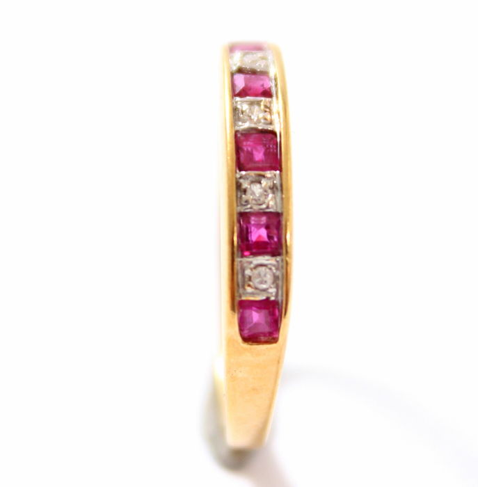 14 kt yellow gold ring with brilliant cut diamond & carré cut rubies. Ring size: 16