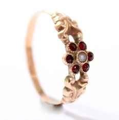 Gold ring with garnets and pearl