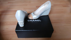 Chanel - Court shoes with wedge heels in iridescent leather - as new.
