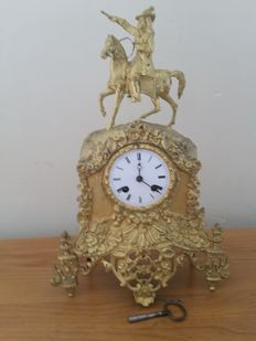Bronze clock set gilded with gold leaf - Louis XIV on his horse, a reproduction of a statue at the Palace of Versailles in Paris - 1840