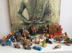 Misc. brands / countries - Several dimensions - Large lot with tin toys with battery/friction/clockwork motor or freewheel, 1960s-90s