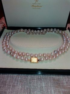 A precious antique necklace with a light pink colour, long.
