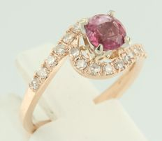 Bi-colour 14 kt gold wavy ring set with rubellite and 20 single cut diamonds, approx. 0.38 carat in total, ring size 16.5 (52)