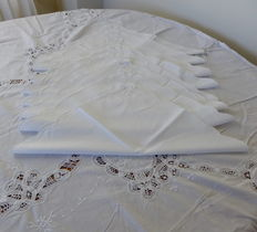 Tablecloth with lace and ribbon embroidery and 8 napkins