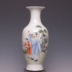 Beautiful polychrome decorated porcelain vase – figures in landscape – China – around 1920 (Republic period)