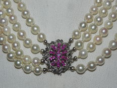 Pearl necklace, collier, Akoya pearls approx. 6.9 mm in diameter 23 rubies, 750 / 18 kt Gold