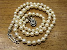 Vintage (circa 1940) Japanese cultured pearl necklace – Blue sapphire – 18 kt white gold clasp.