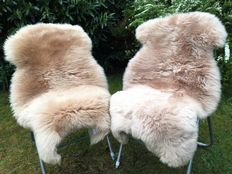 Lot with 2 high-quality and very soft lambskins/sheepskins in a subtle cream colour