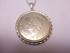 Silver Jasseron link necklace with silver ten guilder coin pendant, grades 925, 720 and 835, length of necklace is 80 cm