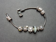 Silver Pandora bracelet of 925 kt with various charms – Length: 19 x 1 cm