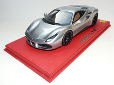 BBR - Scale 1/18 - Ferrari 488 GTB met Red Foot including Display Case - Grigio Titanio / silver grey Metallic