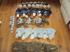 Lot with 15 gas masks, still sealed never used canisters, and packaged in a carrying case - 20th century