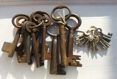 Lot of 22 vintage keys, late 19th / early 20th century