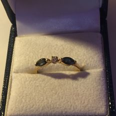 Yellow gold ring set with 2 sapphires and 1 diamond
