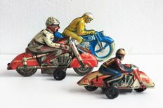 HUKI/Niedermeyer, US Zone/Western Germany- Length 9-15 cm - Lot with 3 tin motorcycles with friction motor, 1950s