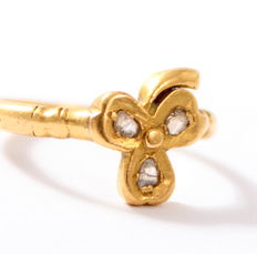 Solid 22 kt gold vintage ring with three-leaf clover set with rose cut diamonds, approx. 0.09 ct