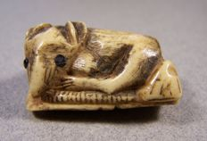 A staghorn 'katabori netsuke' shaped as a reclining mouse - Japan - 19th century (Meiji period)