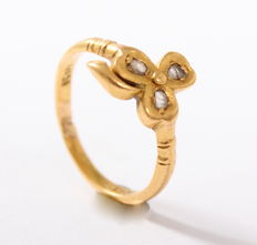 Solid ring 22 kt gold, vintage, with three-leaf clover set with rose cut diamond, approx. 0.09 ct