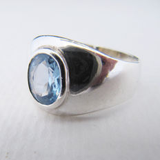 Striking 924 silver vintage ring with beautiful aquamarine.