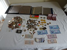 World - Batch of various coins, tokens and bank notes 1830/1999 (431 pieces) in 2 albums and over 2.2 kg loose pieces including 3 x silver