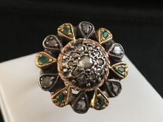 Vintage women's ring in 9 kt gold with silver, diamonds and emeralds.