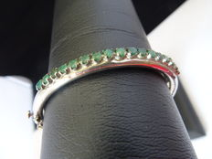 Silver bracelet with emerald.