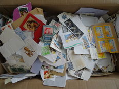 World – Batch in box with over 30,000 stamps