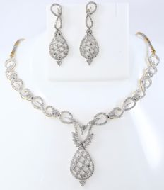 IGI Certified Set of gold necklace and chandelier earrings with diamonds and gold chain Diamonds 6.31 ct total – Necklace: 40.6 cm – Earrings:  4.5 cm - no reserve price