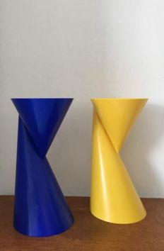 Paul Baars – Two-sided plastic design vases in blue and yellow