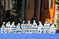 Lot with 10 KLM houses (BOLS) in Delft blue + mini catalogue/overview booklet