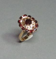 Ring made of 18 kt yellow gold with 13 garnets - approx. 4.6 g Ring size 52