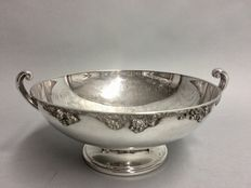 Silver plated round fruit bowl with floral decoration on the interior, England, ca. 1920
