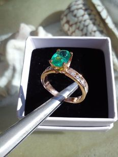 Unworn 18 kt yellow gold ring with 1.00 ct emeralds and 0.60 ct diamonds, VVS1-D, ring size 53