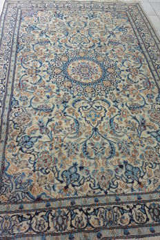 Beautiful, hand-knotted Oriental Naïn carpet, made of very soft wool and silk, extra fine quality knotting, measurements: 258 x 159, Iran, early 21st century.