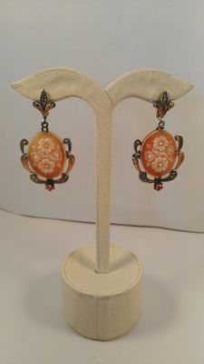 Earrings in 9 kt gold and 925% silver with a cameo in Sardinian shell, diamonds and rubies
