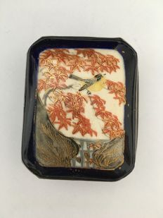 Trinket box – handmade of enamel with gold decorations – Japan – circa 1920