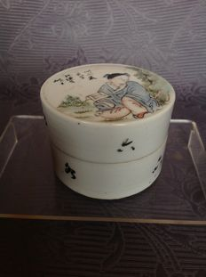 Hand-painted porcelain 'pill box' – China – 1st half of the 20th century