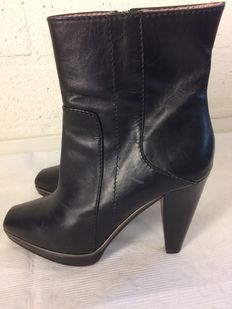 Hugo Boss - Italian ankle boots made of calfskin in mint condition