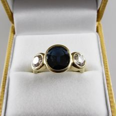 18 kt yellow gold ring with blue sapphire of 2.50 ct and 2 diamonds, 1.40 ct in total - 6.9 g - size 17.5 / 55