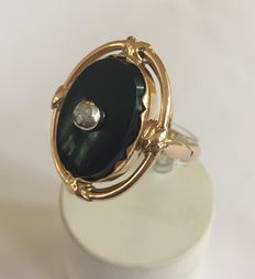 Gold ring with onyx stone and rose diamond
