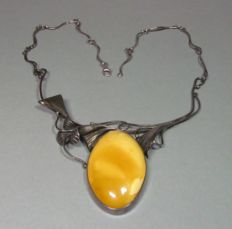 Silver necklace with large natural amber of approx. 5 x 3 cm, yellow butterscoth colour, circa 1930