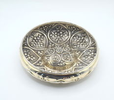 Perfectly decorated silver dish, international hallmarked 900