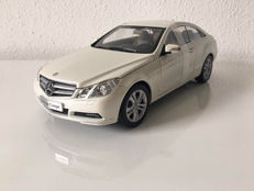 Norev - Scale 1/18 - Mercedes-Benz E-Klasse - Diamont White